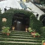 73122473 - 壁に描かれるのは夜空を飛ぶ魔女。中世ドイツグリム童話世界はこのツタ階段を上って始まる