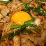 73122695 - 豚キムチ丼は卵黄を崩して食べますが、1つじゃあ足りません!