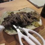ぢどり屋いし田 - 料理写真:最初に注文したのはぢどり屋名物のももの炭火焼き980円。 炭火焼独特の香りのするもも焼き、添えられた柚子胡椒がピッタリあいます。