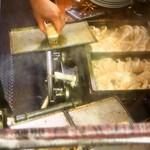 ひょうたん - 窓越しから餃子の焼いている姿を写真に撮らせてくれる店員さん