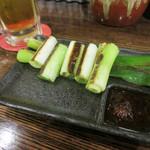 鉄板やきそば酒場 しぶやき - 生ビール(350円)と葱の一本焼き(180円)