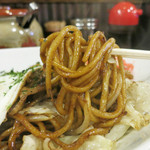 鉄板やきそば酒場 しぶやき - 麺は中太のモチモチ太麺