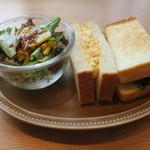 パン屋むつか堂カフェ - ブレッドミールセット:照り焼きチキンとたまごサンド サラダ1