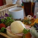 CAFE RESTAURANT VICTORIA - エッグベネディクトプレート1,000円+アイスコーヒー300円