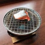 紅鮭は炭火で温めます