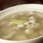 荘園 - 地鶏の薬膳スープ1480円(2人前)