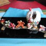 フタマサ御酒堂 - ショーケースの中に鶴が舞っていました。
