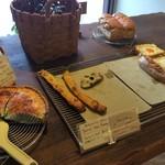 Boulangerie La Lune - 中央の平台には、惣菜系が並んでいました(2017.9.15)