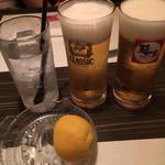 73132254 - 生搾りレモンとビール。