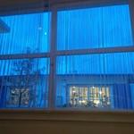 カフェレストラン ラヴィータ - 陽が落ちて窓の外がブルーに。