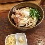 73135714 - ぶっかけうどん2玉(¥670)                       うどんの麺自体が美味しいこの店ではシンプルなメニューを食べた方がいいと思う。讃岐と関西のいいとこ取りした感じの麺は秀逸。特に「ぶっかけ」はダシ汁の味も抜群の美味!