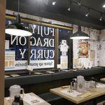 フジヤマドラゴンカレー - 「フジヤマドラゴンカレー 秋葉原店」は、雑居ビルの中にあるお店ですが、外から見るよりも店内は広々!