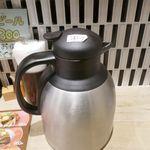 フジヤマドラゴンカレー - なお、卓上にはカレー店で見かけるのは初めてかもしれない白湯スープが入ったジャーが置かれていました。