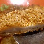フジヤマドラゴンカレー - 続いて揚げ物メニューにトライしてみると、最初に食べたロースカツは、カリカリとした食感の衣のあとに、脂の旨味に満ちたロース肉がメチャウマ!