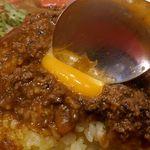 フジヤマドラゴンカレー - トッピングされたフライを堪能したあとは、生卵を潰してカレー全体に溶いていきます。