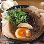ラーメン 自由人 - 肉ラーメン800円・味玉(クーポン使用無料) 小ライス(ランチタイム無料)
