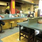 ぼっけゑラーメン - カウンター席とテーブルカウンター