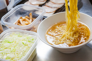 クリーミーTonkotsuラーメン 麺家神明 - 魚介の効いた神明鶏スープと特注細麺