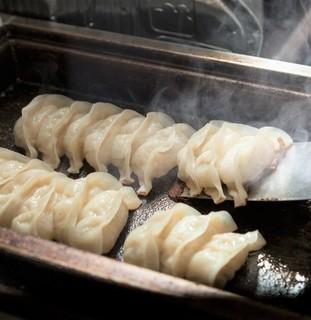 クリーミーTonkotsuラーメン 麺家神明 - 毎日包む神明餃子。三河もち豚・新鮮野菜キャベツ、ニンニク、ニラ、生姜。ごま油にもこだわった具材をモチっとした特注皮で包んでいます。