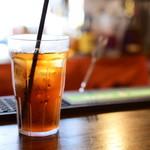 シェイクツリー バーガー&バー - ランチは、1ドリンク付き。アイスコーヒーをセレクト