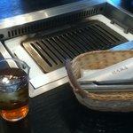 浜忠焼肉レストラン - 炭火ではなくガスで焼く。
