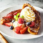 ブリオッシュ ドーレ - 「おいしいクロワッサンのフレンチトースト ミックスベリー」790円 イートイン限定★クロワッサンフレンチトーストに甘酸っぱい3種のベリー(ラズベリー、いちご、ブルーベリー)バニラアイス、コクのあるホイップクリーム、ピュアメープルシロップ、ミントをトッピング!