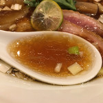 紫 くろ喜 - 鴨の厚みあるお出汁にジュワッと醤油のスープ