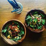 CAPTAINCOOK - ハワイの伝統料理ポキです。これはマグロやタコ、ホタテなどをオリジナルの醤油ベースのソースに付けたものです。