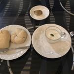73156941 - コースのスープとパン