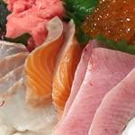 73158127 - (上)鮪のタタキ、いくら                       (下)鯛、サーモン、ブリ