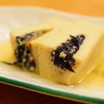 小石川 かとう - お通し:高野豆腐に、ひじきを挟んで