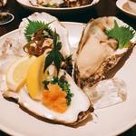 セラ・アンフィニィ - まだ早いかなと思っだけど、ものすごく濃厚でデカい牡蠣。岩牡蠣ではないという。