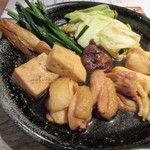 Hakatajidorisemmonryourifukueikumiai - 地どりはやや甘目の特製の割り下で野菜と一緒に煮込まれた状態で手元に運ばれて来ました。