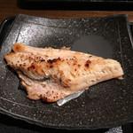 魚や 六蔵 - 前もって焼いたものに仕上げにバーナーて感じ