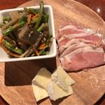 カーニバルデリ - 生ハムと白カビチーズ 盛り合わせ ¥580 + 焙煎きんぴらごぼう ¥230