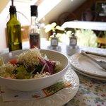 カフェブロッサム - ローストビーフと子羊のグリルに付くサラダ