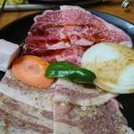 73180356 - 牛豚定食