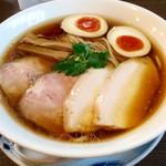 らぁ麺 紫陽花 - 「特製醤油らぁ麺」(980円)。今回だけは特製を選んだ。鶏チャーシュー、豚チャーシュー、味玉、メンマ、それぞれ単品としても美味しい。(麺の量は標準を選択)
