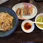 麺菜館 楽屋 - 料理写真:チャーハン、餃子(1058円)