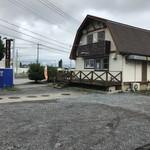 たまごカフェ - 駐車場(奥側)から。       見えている道路は 122。
