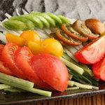 鉄板酒場 焼酎ミュージアム - 【冷やしトマトの丸ごとスライス】税抜480円 よく冷えたトマトはうまい!緑や・イタリアントマトがあるかも?!