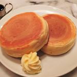 ドレミ - おやつには、ホットケーキを注文! わ~、ものすごく分厚ぃぃ!! 焼くのに20分かかると言われたけど、待った甲斐があったよ。