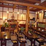 皿屋 福柳 - 最大60名様収容のテーブル席。冬は暖炉であったかく