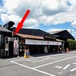 久右衛門 - 売店とスナックコーナーの間の入り口(赤い⇒)