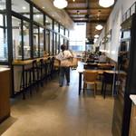 グリーン ビーン トゥ バー チョコレート - 店内……… 嗚呼ッッ(;^ω^) アテクシが写ってる(  ̄▽ ̄)