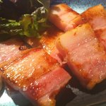 鉄板酒場 焼酎ミュージアム - 【極上ベーコンの炙り焼き】630円税抜 本当に美味しいから、是非食べて欲しい1品。丁度いい塩気がうまい。