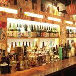 鉄板酒場 焼酎ミュージアム - 内観写真:【店長自慢の焼酎棚】 全国各地の焼酎が約400本揃っております。他の店じゃ飲めない、ここでしか飲めない1品揃っています。