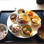 タイムズ スパ・レスタ - 7種の小鉢 ヘルシー御膳  栗入り十穀米、選べるハーブティー付き ¥1,500