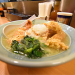 溝ノ口野郎 - 卓上には、煮干しの粉末、コショー、塩ダレ、辛ニンニク。 煮干しの粉を投入すると、かなり味が変わりますね。