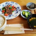 カフェユー - ランチB.牛こまトマトの塩炒め(850円)ナス味噌、豆腐のすまし汁、ご飯、胡瓜の漬物付き